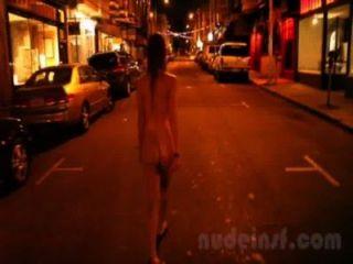 Nude em san francisco: clip curto de ruas menina andando nus tarde da noite