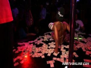 Pornô estrela diamantes pele executando em um clube de strip