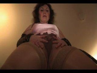 Madura senhora inglesa em slides e meias tiras e provocações