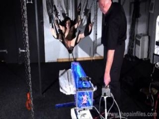 Punição máquina de foda de sepulturas elise em sujeição hardcore bondage swing