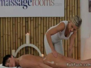 Massagem lésbica e babe dedilhando uns aos outros