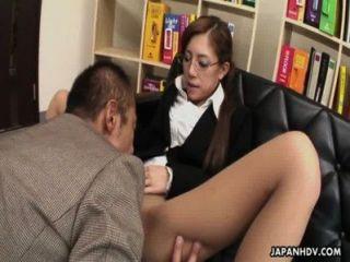 Slut japonesa frágil munches em um dick gordo