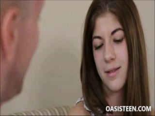 Uma jovem virgem adolescente com mamilos grandes