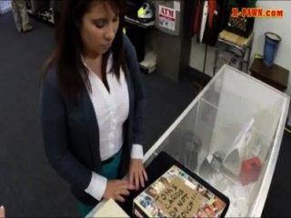 Latina wifey vende seu muff para o dinheiro para pagar a fiança bailfor