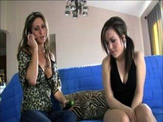 Mãe e filha sofia e devin trabalhar juntos para drenar guys ballsack