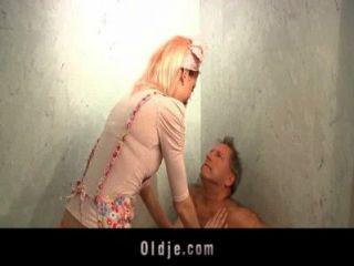 Horny hotel maid fode um cliente oldman