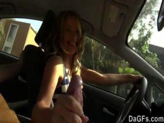 Ela quer foder em um carro para sua primeira cena de sexo