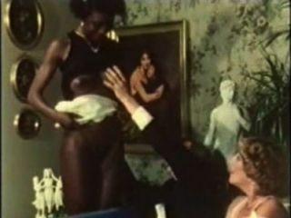 Patroes brancos transando gostoso com uma empregada negra