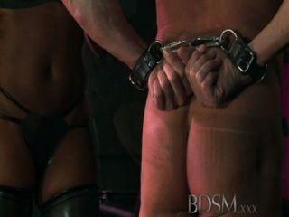 Bdsm xxx encapuzados escravos são postos à prova por doms dominante forte