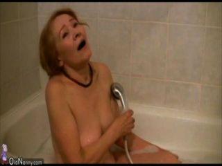 Oldnanny mulher magro de idade masturbando-se e chupar dick
