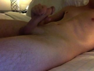 Cara quente masturbando galo grande e cumming