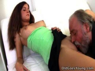 Alyona está sentado no colo de um homem mais velho