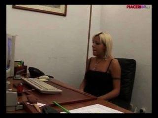 Secretária loira italiana masturbando-se no escritório italiana pornô