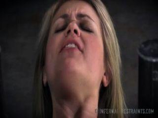 Doce loira implora por dor na escravidão