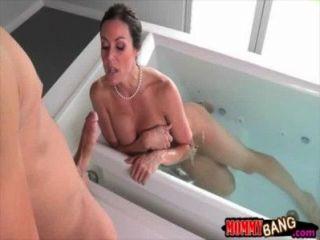 Hot stepmom kendra luxúria fodendo com o casal adolescente na cama