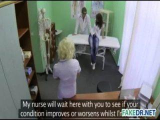 Horny assistente hits em seu paciente