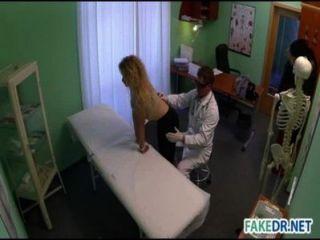 Médico fode seu paciente