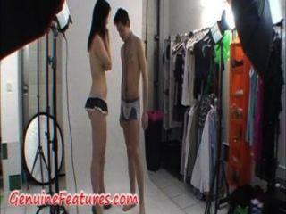 Casal impressionante estão se mostrando na frente da câmera