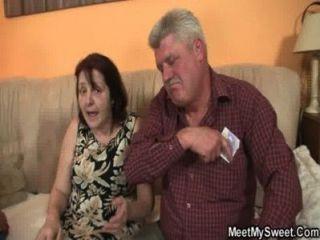 Pais velhos fodem-na enquanto ele sai
