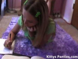 18 anos de idade kitty adolescente fazendo sua lição de casa