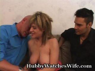 Esposa está tão feliz de ter marido para assistir a sua foda outro