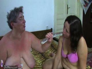 Oldnanny velha gorda avó e gordura adolescente está desfrutando com um vibrador e jovem rapaz