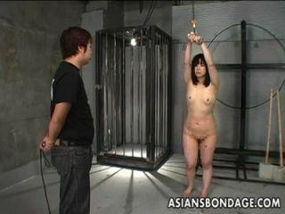 Menina japonesa chicoteada e ligada