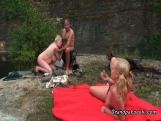 Loira loira fica seduzido por casal maduro córneo