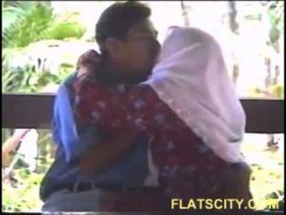 Hijabi meninas boobs sugando ao ar livre