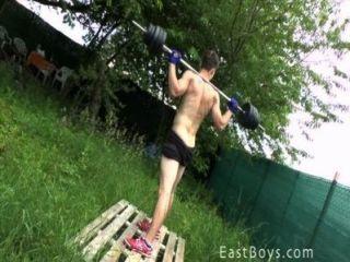 Muscle boy outdoor treino e chuveiro