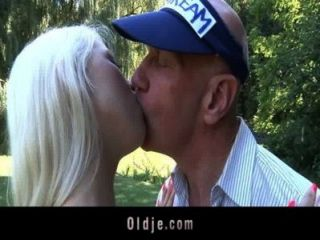 Bald oldman bombas um busty horny jovem bebê