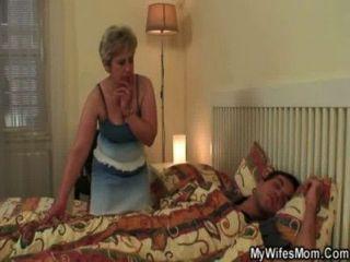 Sua esposa o encontra golpeando a sogra!