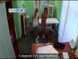A enfermeira prepara o paciente para o médico