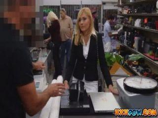 Milf sexualmente assediado foi demitido e vai para uma loja de penhores para vender algumas coisas