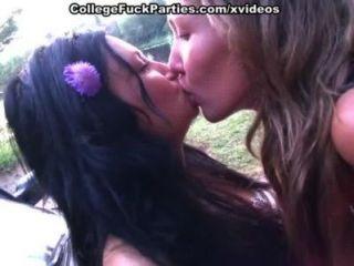 Pintainhos vão nude e mostram o sexo quente das meninas da faculdade ao ar livre