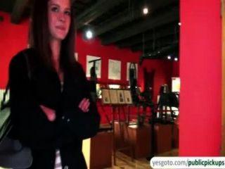 Bela kelly expõe seios e bunda no museu em troca de dinheiro