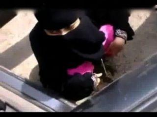 Menina muçulmana indiana mijando em lugar aberto
