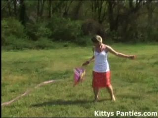 Inocente kitty adolescente voando seu papagaio