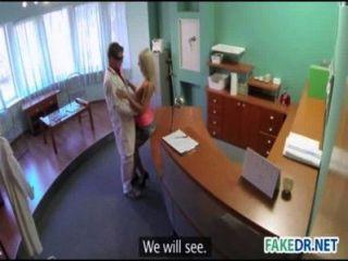 Exame birthmark em uma loira quente com pênis