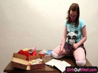 Meninas para fora ocidental amuado gorducho cutie brinca seu snatch peludo