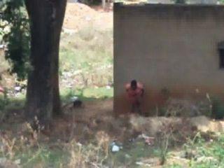 Senhora desi mijando atrás de sua casa