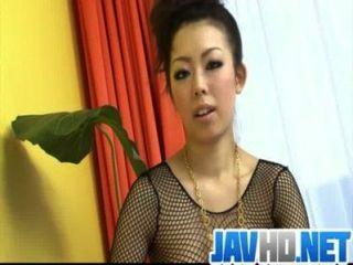 Kinky e desagradável mulher em fishnet gagging e cum engolir