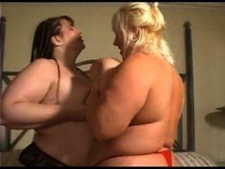 Bbw lésbicas chutando e fodendo um ao outro