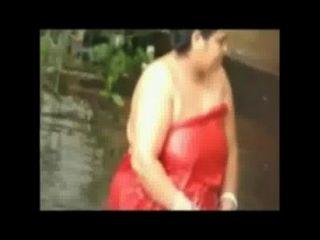 Senhora aberta gorda do banho na lagoa por came escondida
