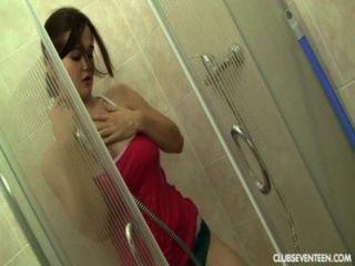Adolescente busty masturbates no chuveiro