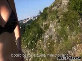 Guy ofereceu dinheiro para uma menina europeia para foder em público