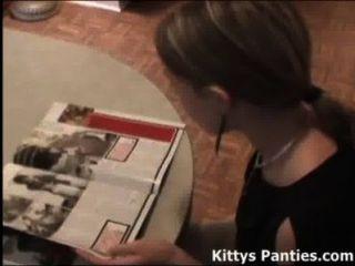 Gatinho adolescente bonito que lê uma revista