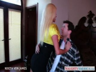 Salacious blonde nikita von james montar um grande galo