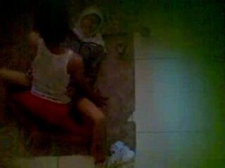 Spycam vizinho vestindo jilbab ter relações sexuais no chão
