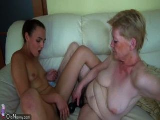 Velha avó masturbando-se com menina e seu vibrador
